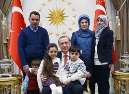 من القبو إلى القصر.. من هي نجمة تويتر التي استقبلها أردوغان؟