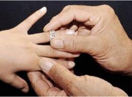 أمير تبوك يوقف إجراءات زواج سبعيني من قاصرة سعودية.. هذه قصة الفتاة التي أثارت الغضب على وسائل التواصل