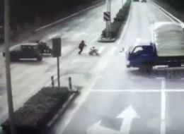 فيديو.. طفل ينجو من الموت بعد دهسه بشاحنة أمام والدته