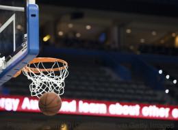 Ce basketteur inscrit un panier complètement fou, mais contre son camp