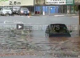 Les inondations ne lui font pas perdre son sens de l'humour