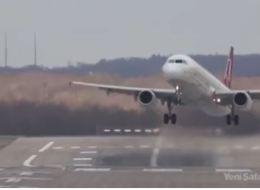 فيديو.. طائرة تهبط بصعوبة في ألمانيا بسبب عاصفةٍ شديدة