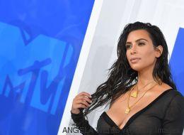 Kim Kardashian ne se fait pas maquiller que le visage