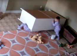 Ce bébé de 2 ans sauve son frère jumeau