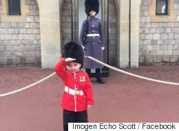 Ce petit garçon a réussi à faire fondre le cœur de ce soldat de la Garde royale