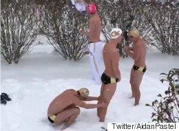 수영 선수들이 폭설 중에 특별한 대회를 열다