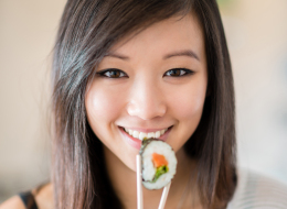 هذا هو الحل لإجادة استخدام العصي الصينية في تناول الطعام!
