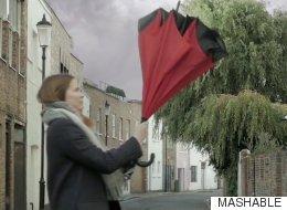 Alguien ha diseñado el paraguas al revés ¡y es más útil que el de toda la vida!