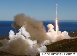 Σε τροχιά τέθηκαν οι 10 δορυφόροι που μετέφερε ο πύραυλος-φορέας Falcon 9 της εταιρίας SpaceX