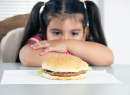 أنت السبب في سمنة طفلك.. لا تجبره على الانتهاء من طعامه