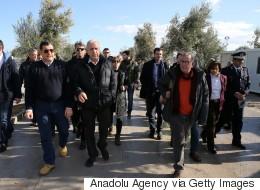 Επίσκεψη Αβραμόπουλου - Μουζάλα στη Λέσβο: «Δεν μπορούμε να εγκαταλείψουμε αβοήθητους τους πρόσφυγες στο κρύο»