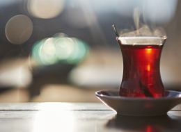 فكّ الحزام بعد الأكل وتناول الشاي والفاكهة.. 6 أمور احذروها بعد تناول الطعام