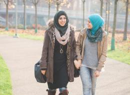 دليلكِ لتتألقي بالحجاب: ارتدي الشال القطني مع الكاجوال.. وهذه اللفة الأنسب للوجه المستدير