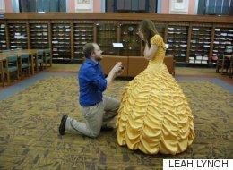 Il fabrique la robe de Belle pour sa demande en mariage