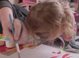 فنانة صغيرة بلا ذراعين.. شاهِد هذه الطفلة الجميلة كيف ترسم من دون أطراف