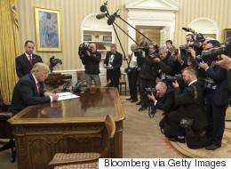 트럼프가 대통령으로서 처음으로 한 일 (영상)
