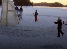 فنلندي يصنع جزيرة جليدية صغيرة للاستمتاع بالشتاء.. شاهد