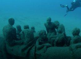 على عمق 14 متراً في المحيط الأطلسي.. معرضٌ يسكنه اللاجئون