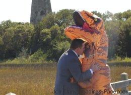 Elle s'est déguisée en T. Rex à son mariage et il a dit oui
