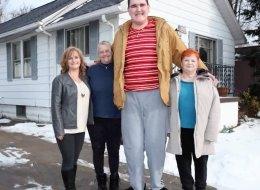 لا يستطيع العبور من الأبواب.. هذا الشاب قد يصبح أطول شخص بالعالم في غضون شهور.. والسبب مرض نادر