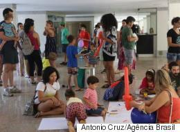 Elas foram proibidas de brincar em prédio de Brasília. A resposta foi um 'brincalhaço'