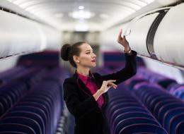 لا تناديهن بهذه الكلمة ذات الدلالة الجنسية.. 10 أشياء تجنَّب قولها لمضيفات الطيران