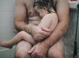 Juzgan a una fotógrafa por publicar en Facebook esta imagen de su marido con su hijo enfermo