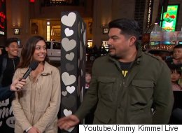 거리의 커플들에게 한 달에 몇 번 섹스를 하는지 물어봤다(영상)