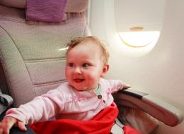 الضغط هو سبب بكاء طفلك داخل الطائرة.. فكيف تتجنبين ذلك؟