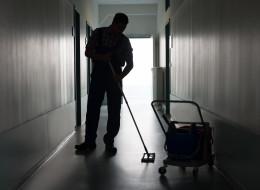 عامل نظافة يتقاضى ربع مليون دولار سنوياً.. كيف نجح في الحصول على هذا الراتب؟