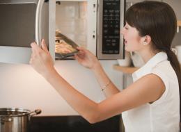 نأكلها يومياً! 6 أطعمة شائعة لا تُعِدْ تسخينها تجنباً للإصابة بالتسمم أو السرطان