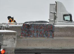 «Trump Fasciste, Trudeau Complice»: une bannière incendiaire installée à Montréal