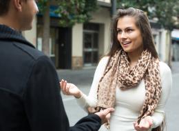 ينتابك التوتر عند مقابلة أشخاص جدد؟..  إليك 5 نصائح عملية لفتح حوار شيق