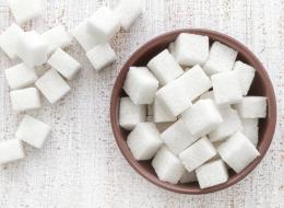 علمياً: الفركتوز أسوأ أنواع المُحلِّيات ويسبب أمراضاً عدة.. وهذه جرعة السكر اليومية المثالية
