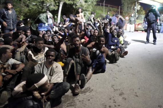 Spagna, Ceuta: centinaia di migranti subsahariani hanno forzato la frontiera