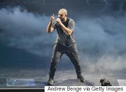 Drake s'arrête en plein concert pour faire un cadeau à un fan