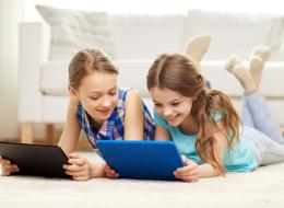 الأجهزة المحمولة تؤذي ظهر ورقبة طفلك.. إليك هذه النصائح لتفادي الضرر المبكر