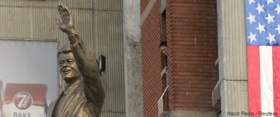 bill clinton statue