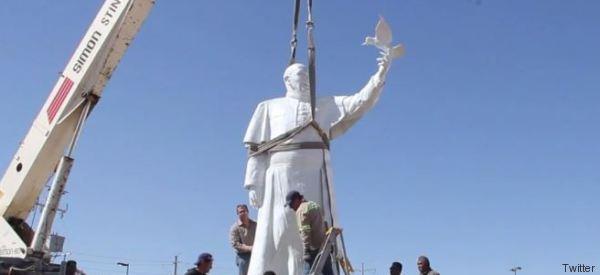 Papa Francesco sempre più l'anti-Trump, la sua statua dove nascerà il
