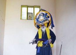 يضع 85 كيلو من القماش على رأسه ليجوب بها الشوارع!.. ما الذي يجبر هذا الهندي على ارتداء هذه العمامة؟