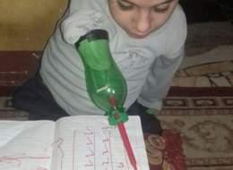 هكذا يتعلَّم.. طفل مصري يحاول التغلب على إعاقته ليواصل الدراسة
