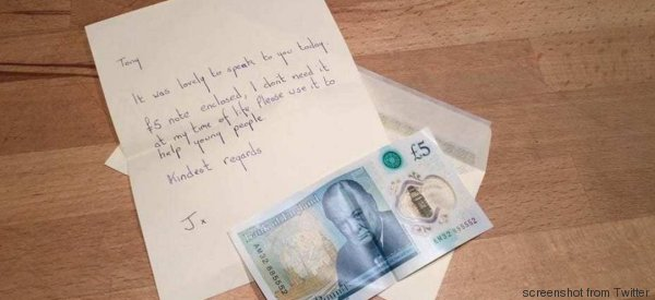 Trova una banconota speciale del valore di 50mila sterline. L'anziana li dona per