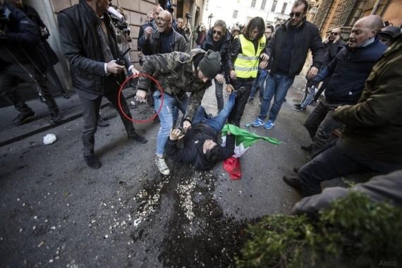 Negli scontri tra la polizia e i tassisti spunta un tirapugni (FOTO)
