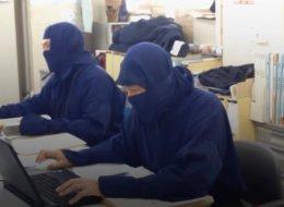 لماذا يرتدي الموظفون اليابانيون زي النينجا أثناء عملهم في هذا اليوم؟