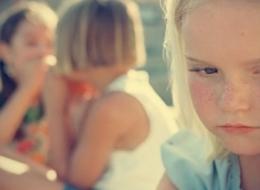 طفلك قليل الكلام؟ ليس خجولاً.. قد يكون مصاباً بهذا المرض!