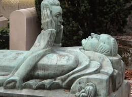 أراد التحديق في عينيها للأبد فأوصى بحمل رأسها بعد موته.. مقابر غريبة خلدت قصص الحب