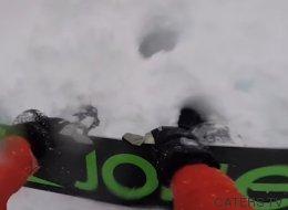 Voyez un snowboarder enterré par une avalanche être secouru par ses amis