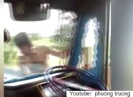 Oδηγός φορτηγού εν κινήσει αφήνει το τιμόνι και «κόβει» βόλτες γύρω από το παρμπρίζ