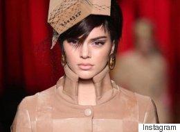 Kendall Jenner défile pour Moschino habillée en carton lors de la Semaine de mode de Milan