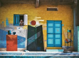تسير بشوارعها وكأنك داخل لوحة فنية .. شاهد كيف تحولت البيوت بقرية عربية إلى رسومات رائعة